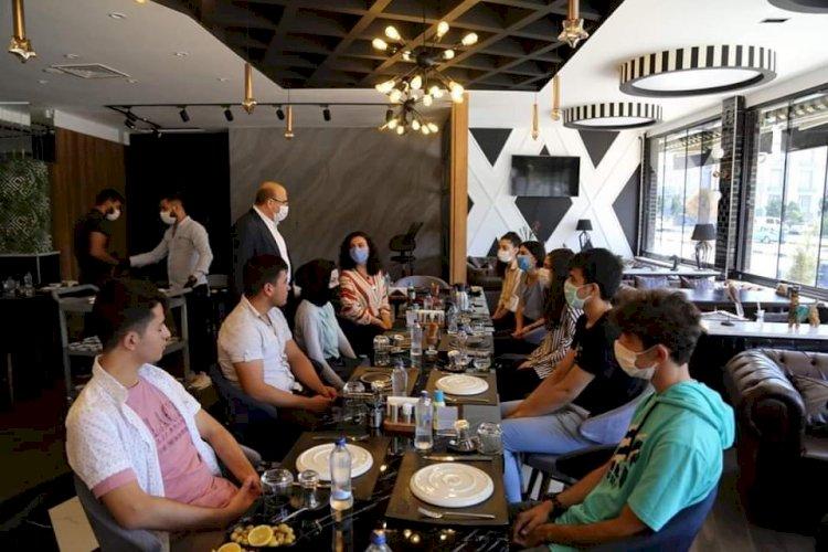 Başkan Sarı, başarılı öğrencilerle kahvaltıda bir araya geldi