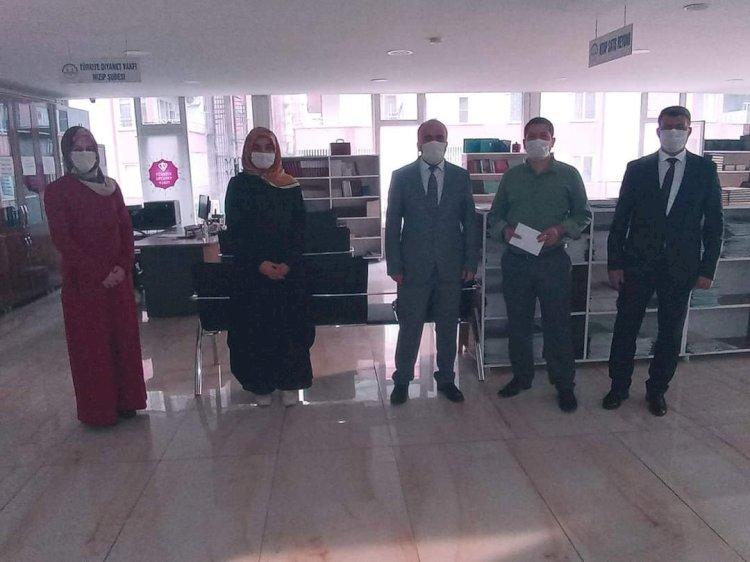 Kompozisyon yarışmasında dereceye giren din gönüllülerini ödül