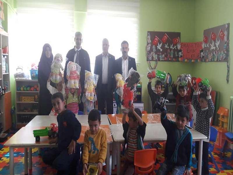 Nizip te anaokulu öğrencilerine kırtasiye ve oyuncak yardımı